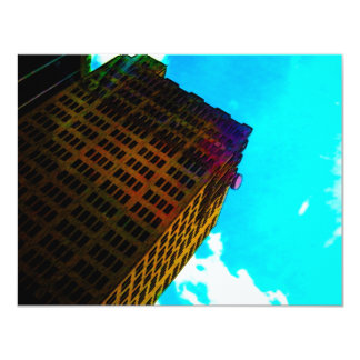 Een trillend en lang gebouw tegen de blauwe hemel 10,8x13,9 uitnodiging kaart