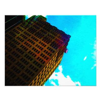 Een trillend en lang gebouw tegen de blauwe hemel uitnodiging