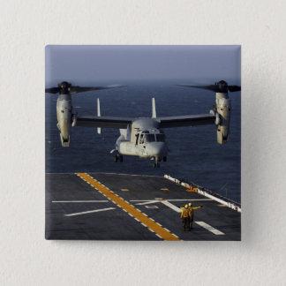 Een vliegtuig van v-22 Visarend treft te landen Vierkante Button 5,1 Cm
