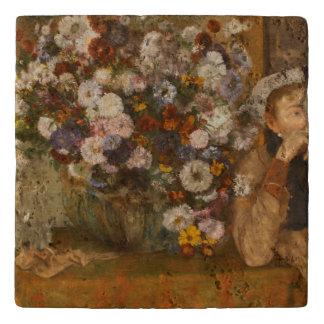 Een vrouw Gezet naast een Vaas van Bloemen door Trivet
