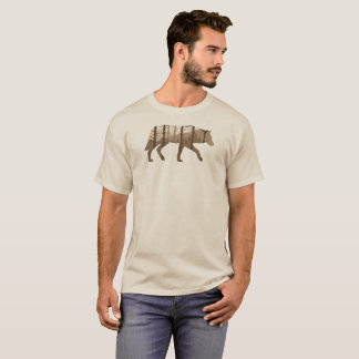 Een wolf in openlucht met Bergen en Bomen T Shirt
