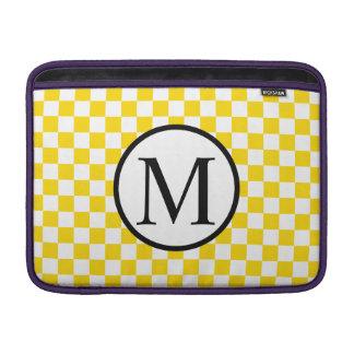 Eenvoudig Monogram met Geel Schaakbord MacBook Sleeve