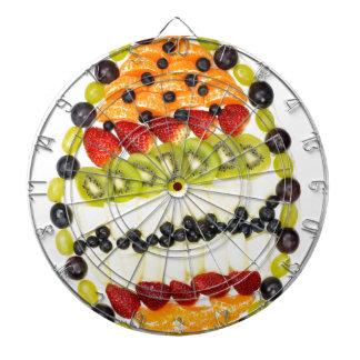 Ei gevormde vlaai met diverse vruchten dartbord