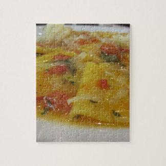 Eigengemaakte deegwaren met tomatensaus, ui, puzzel