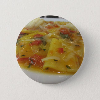 Eigengemaakte deegwaren met tomatensaus, ui, ronde button 5,7 cm