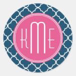 Elegante Marineblauwe Quatrefoil met Roze Monogram Ronde Stickers