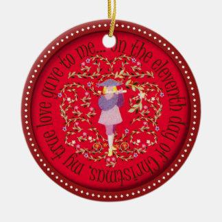Elf pijpers het door buizen leiden rond keramisch ornament