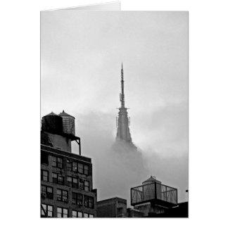 Empire State Building in Wolken Kaart