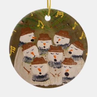 en het grootste deel van het koor zingt rond keramisch ornament