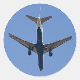 Enig vliegtuig op de blauwe hemelachtergrond ronde stickers