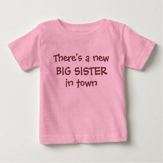 Er is een nieuwe GROTE ZUSTER in stad Baby T Shirts