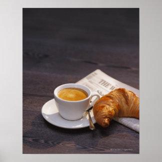 espresso, croissant en krant poster