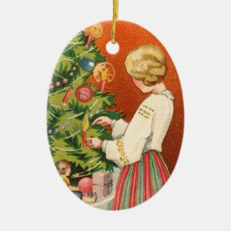 Estlands Meisje bij het Ornament van de Kerstboom