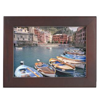 Europa, Italië, Vernazza. Helder geschilderde Bewaardoosje