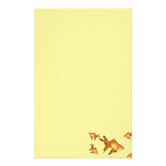 fancy gouden goudvis die in aquarium zwemmen briefpapier