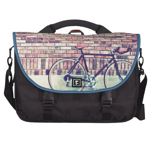 fiets tegen bakstenen muur laptop tassen