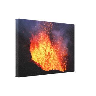 Fontein die van lava van kratervulkaan losbarst canvas afdrukken