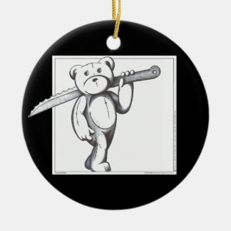 Freddie draagt rond keramisch ornament