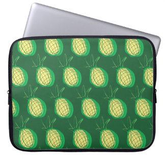 Funky ananassen op groene achtergrond laptop sleeve