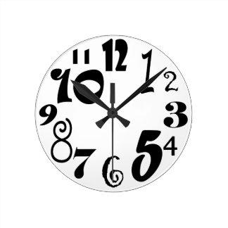 Funky zwarte aantallen op wit ronde klok