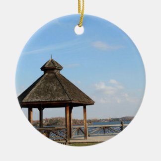 Gazebo over Meer Rond Keramisch Ornament