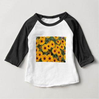 Gebied van gele madeliefjes baby t shirts