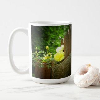 Geel Bestuiven van de Bij van de honing nam Haag Koffiemok
