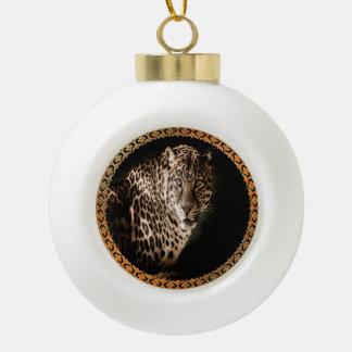 geelachtig bruine bevlekte luipaard die u bekijken keramische bal ornament