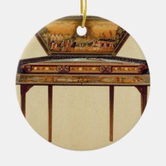 Gehamerd hakkebord in een geschilderde klankkast, rond keramisch ornament