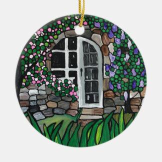 Geheime tuindeur rond keramisch ornament