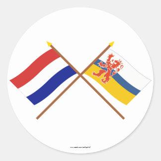 Gekruiste vlaggen van Holland en Limburg Ronde Sticker