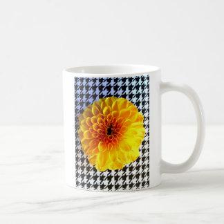 Gele bloem op houndstooth koffiemok
