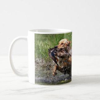 Gele Labrador met eendmok Koffiemok