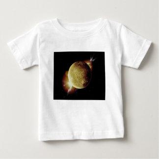 gele planeet 3d illustratie in heelal baby t shirts