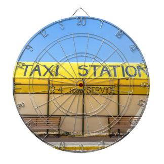 Gele taxipost bij kust in Griekenland Dartbord