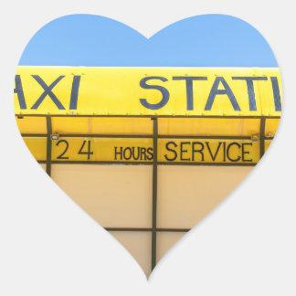 Gele taxipost bij kust in Griekenland Hart Sticker