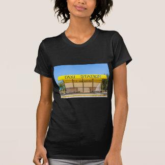 Gele taxipost bij kust in Griekenland T Shirt