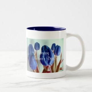 Gelukkige Blauwe Tulpen III van het Moederdag Tweekleurige Mok