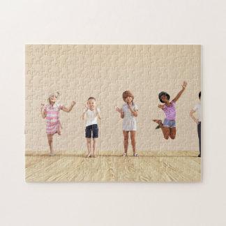 Gelukkige Kinderen in een Centrum van de Opvang of Foto Puzzels