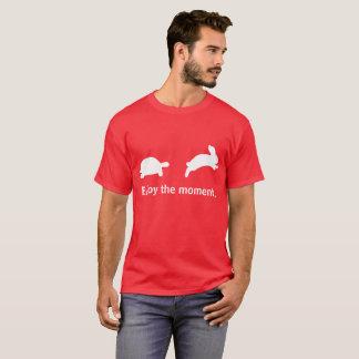 Geniet van het ogenblik. Rode uitgave T Shirt