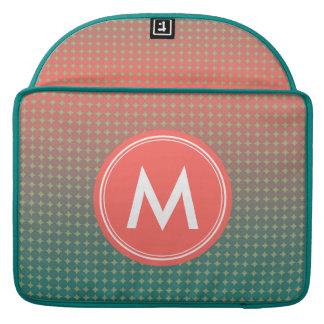 Gepersonaliseerd Koraal & het Abstracte Monogram MacBook Pro Sleeve