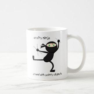 Geslepen Ninja die Mok drink