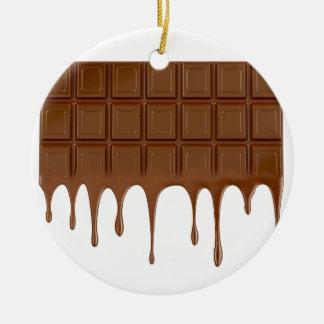 Gesmolten chocoladereep rond keramisch ornament