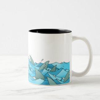 Gevaarlijke wateren tweekleurige koffiemok