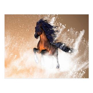 Geweldige het lopen paard met blauwe manen briefkaart