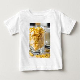Glas droog graangewas en een glas melk baby t shirts