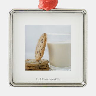 Glas melk en koekjes, close-up zilverkleurig vierkant ornament