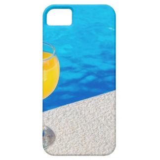 Glas met jus d'orange op rand van zwembad barely there iPhone 5 hoesje