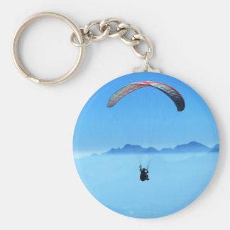 Glijscherm op blauwe achtergrond met bergen sleutelhanger