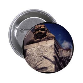 glimlachende gargouille ronde button 5,7 cm